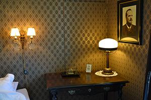 Hedenstiernas porträtt över skrivbordet.
