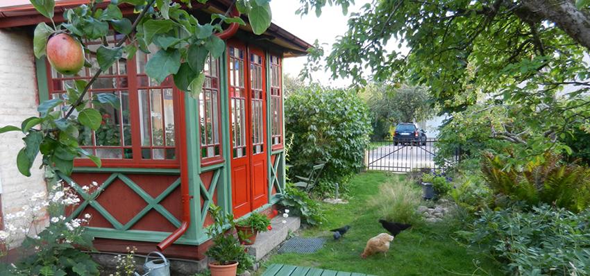 Frukostverandan med utsikt över trädgården
